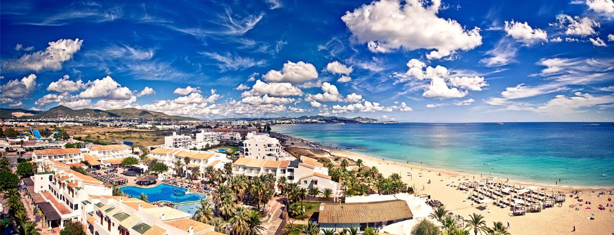 Playa d'en Bossa is een badplaats op Ibiza waar uitgaan en feesten centraal staan