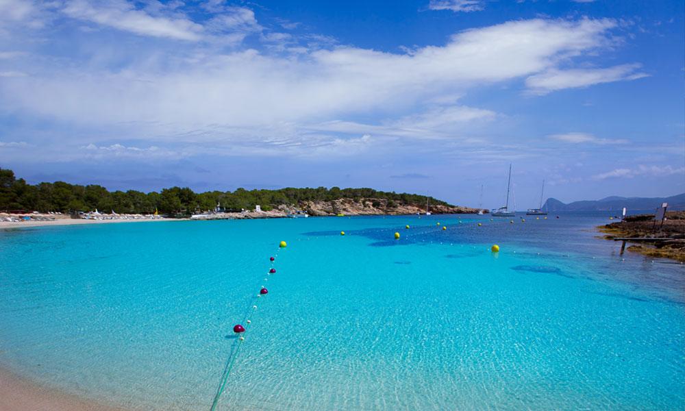 Cala Bassa Ibiza | Een gezellig en populair strand met turquoise zeewater
