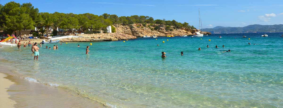 Cala Bassa Ibiza | Een gezellig strand op Ibiza dat populair is als familiestrand