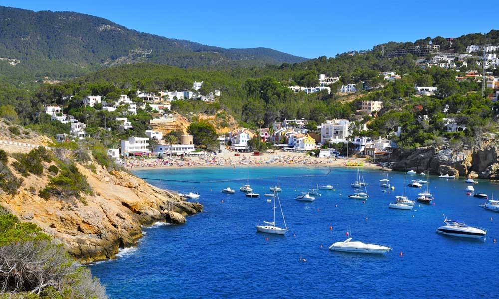 Cala Vadella op Ibiza is een van de mooiste stranden van Ibiza