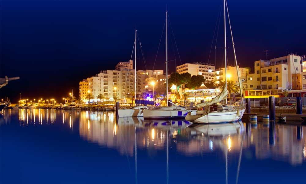 De haven van San Antonio by night op idyllisch Ibiza in Spanje