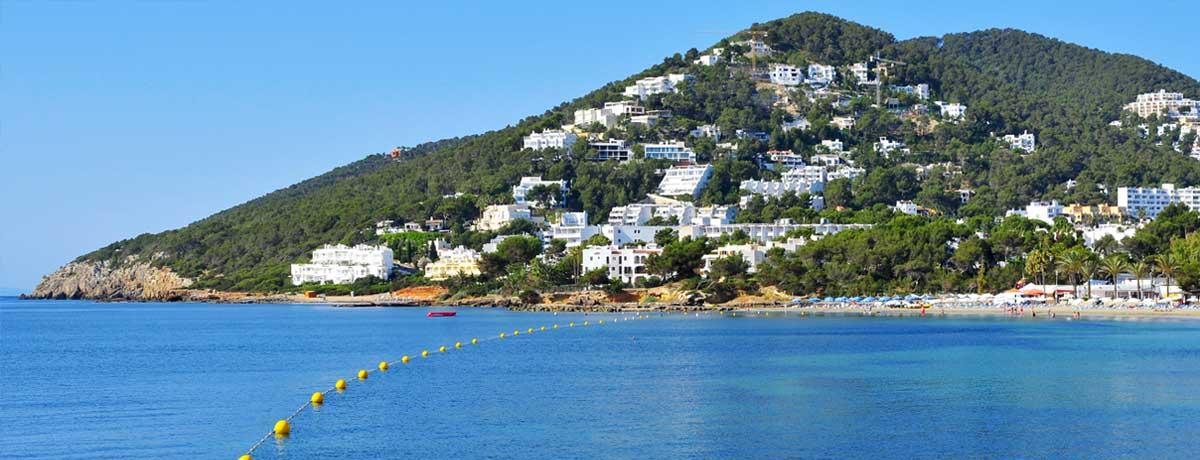 Een panoramisch uitzicht over de kustlijn van Santa Eulalia beach