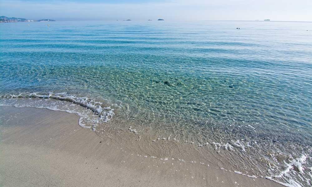Het lange zandstrand van Playa d'en Bossa heeft heel helder water
