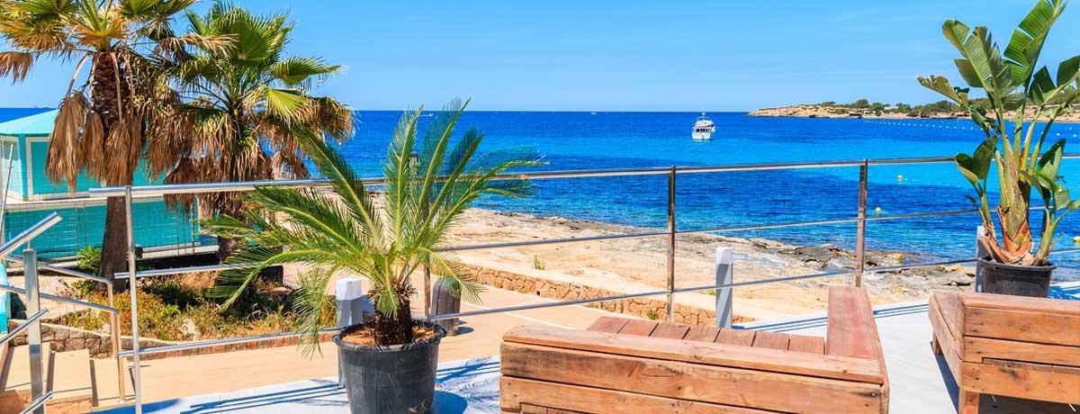 Uitzicht langs de kust op de promenade in San Antonio op idyllisch Ibiza in Spanje