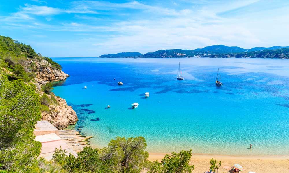 Cala San Vicente   Tips en Info over een van de mooiste en leukste brede zandstranden van Ibiza.