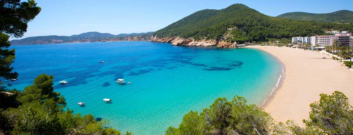 Cala San Vicente Ibiza | Een gezellig en mooi en goed opgezet strand op Ibiza dat o.a. populair is als familiestrand met veel faciliteiten