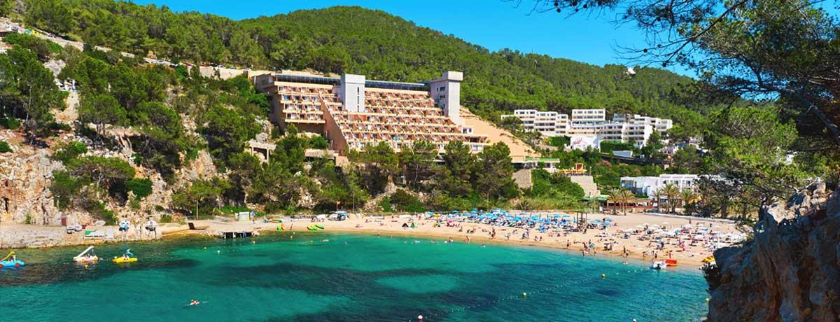 Uitzicht over de kustlijn van San Miguel op idyllisch Ibiza in Spanje