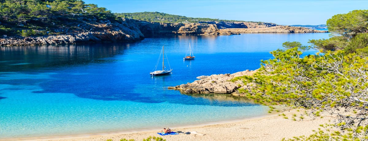 Cala Salada Ibiza   Deze prachtige baai herbergt twee hele mooie stranden op Ibiza