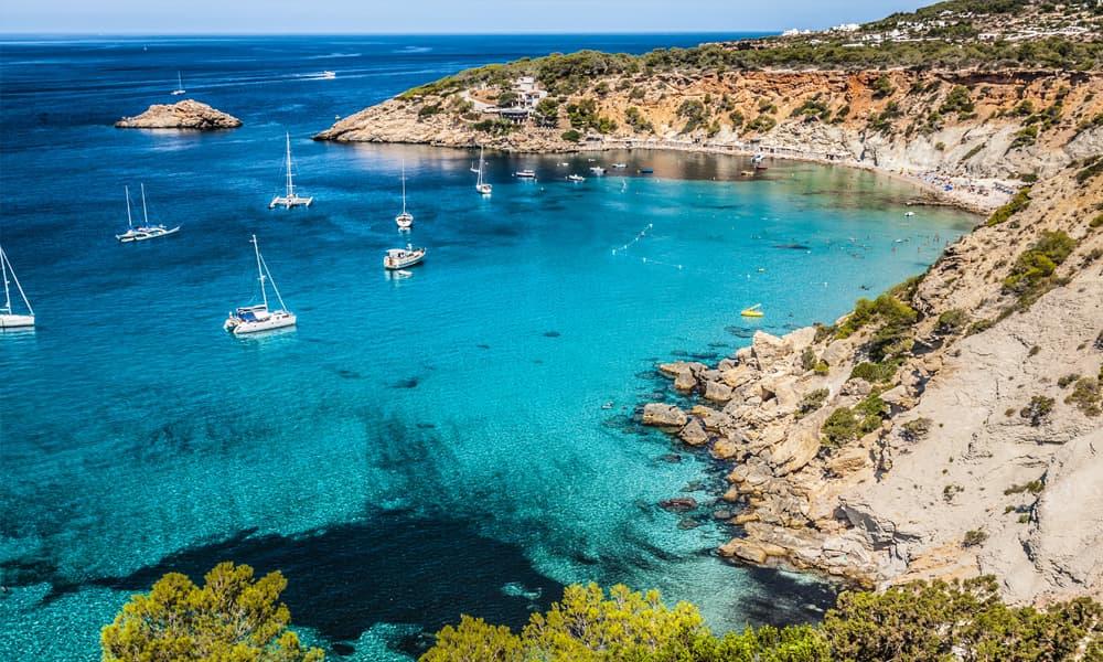 Cala Salada op Ibiza is een van de mooiste stranden van Ibiza