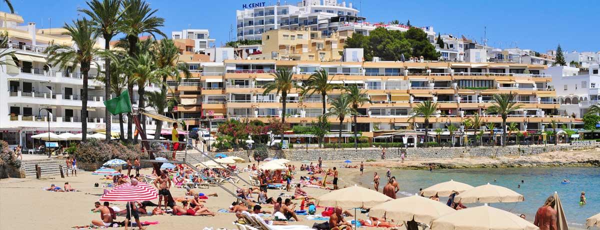 Figueretas beach in de volle zon op Ibiza