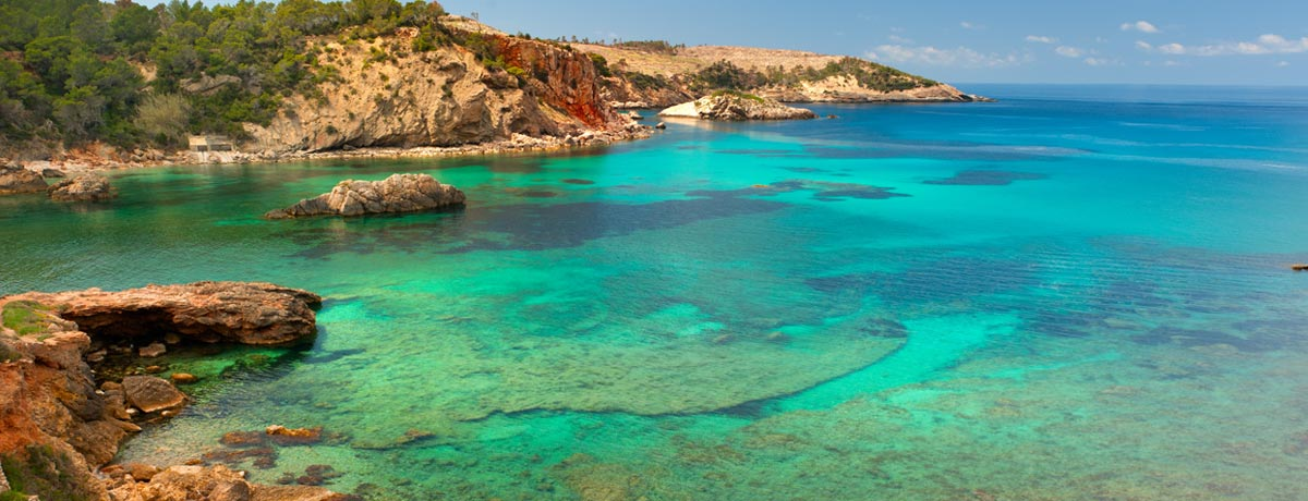 Cala Xarraca Ibiza | Deze baai op Ibiza staat bekend om het heldere blauwe water