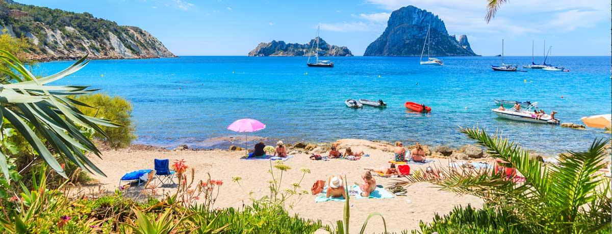 Cala d'Hort Ibiza   Deze prachtige baai geeft je een prachtig uitzicht op het eiland Es Vedra