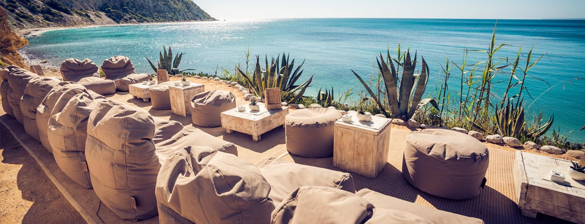 De gezelligste en hipste Beach Clubs op de mooiste stranden vind je op Ibiza